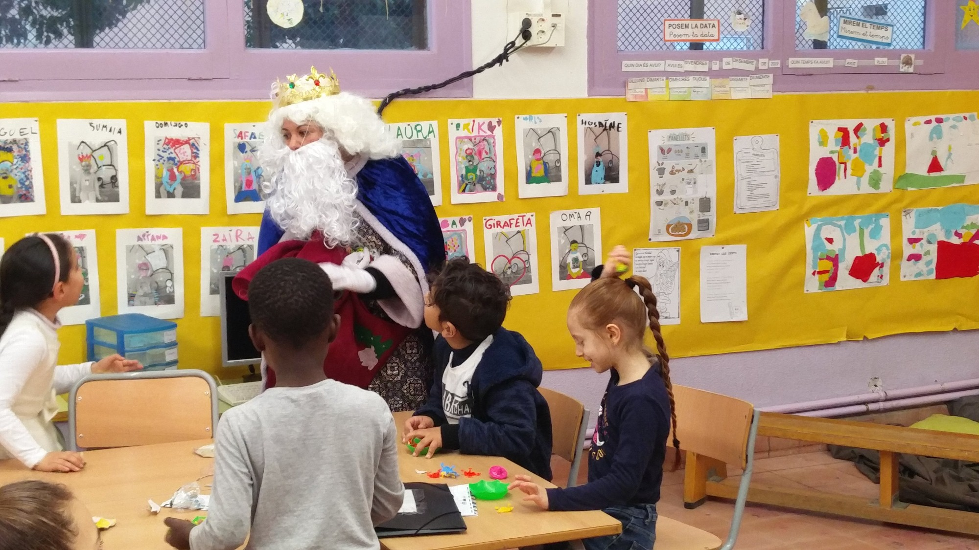 El rei blanc parla amb els nens de la classe de primer