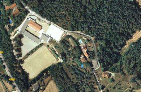 Una escola envoltada de natura