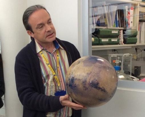 Carlos Briones amb globus marcià