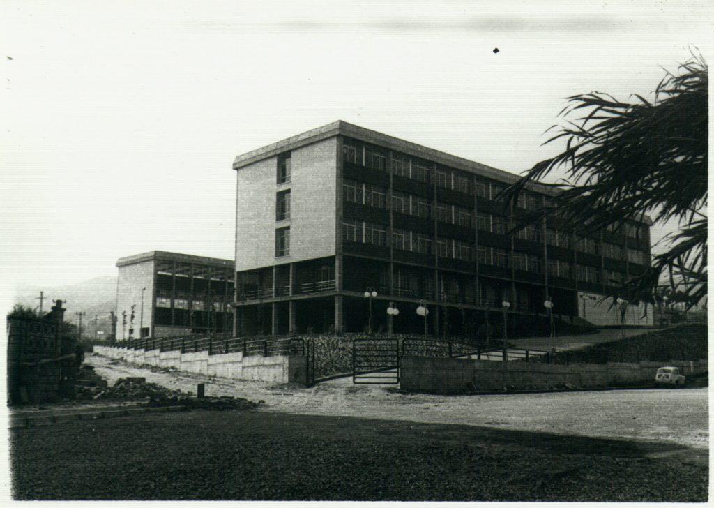 Foto antiga en blanc i negre. Entrada principal de l'institut.