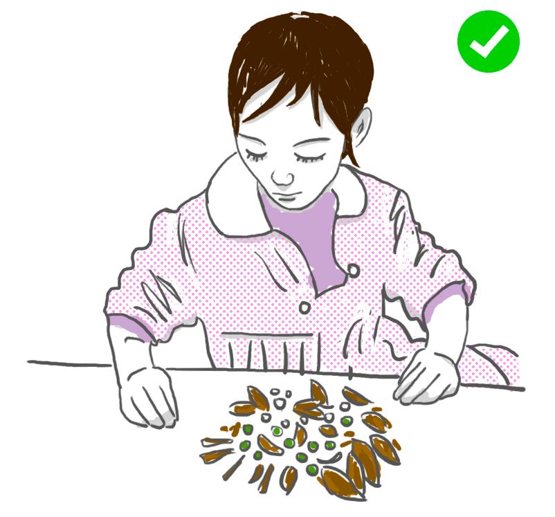 Nena jugant amb vegetals